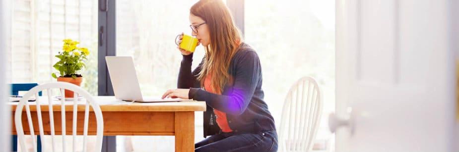 mulher fazendo vestibular online